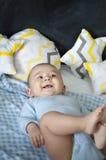 Bebê que encontra-se na cama Fotos de Stock Royalty Free