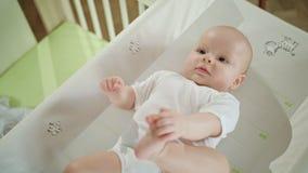 Bebê que encontra-se na cama em casa vídeos de arquivo