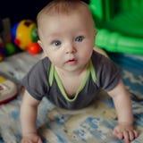 Bebê que encontra-se no assoalho Fotografia de Stock