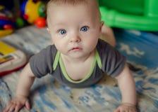 Bebê que encontra-se no assoalho Imagem de Stock Royalty Free