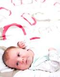 Bebê que encontra-se no cobertor Fotografia de Stock Royalty Free