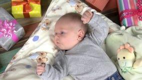 Bebê que encontra-se no descanso, presentes video estoque