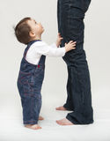 Bebê que está pelos pés da matriz imagem de stock