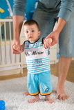 Bebê que executa primeiras etapas Fotografia de Stock Royalty Free