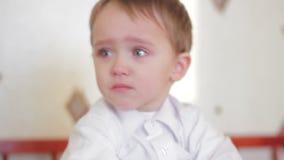 Bebê que grita perto acima video estoque