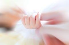 Bebê que guarda a mão dos mother's Imagens de Stock