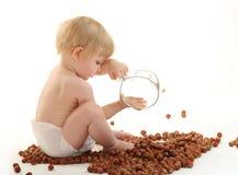 Bebê que joga com avelã Imagens de Stock