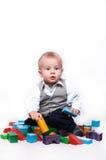 Bebê que joga com blocos em um fundo isolado Fotos de Stock Royalty Free