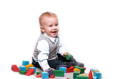 Bebê que joga com blocos em um fundo isolado Fotografia de Stock Royalty Free