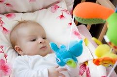 Bebê que joga com brinquedos Fotografia de Stock
