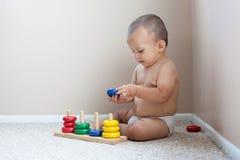 Bebê que joga com brinquedos Imagens de Stock Royalty Free