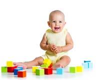 Bebê que joga com brinquedos do bloco de apartamentos Foto de Stock Royalty Free