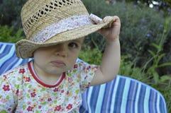 Bebê que joga com a cabana durante horas de verão imagens de stock royalty free