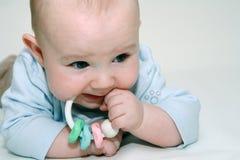 Bebê que joga com chocalho Imagens de Stock