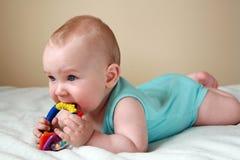 Bebê que joga com chocalho Fotografia de Stock Royalty Free