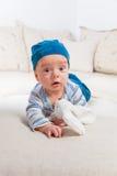 Bebê que joga com coelho Fotos de Stock