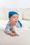 Bebê que joga com coelho Imagens de Stock