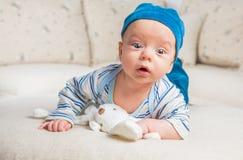 Bebê que joga com coelho Fotos de Stock Royalty Free