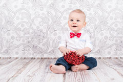 Bebê que joga com coração vermelho foto de stock royalty free