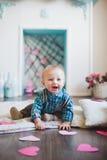 Bebê que joga com corações de papel imagem de stock royalty free