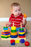 Bebê que joga com empilhamento do brinquedo de aprendizagem foto de stock royalty free