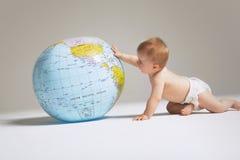 Bebê que joga com globo foto de stock royalty free