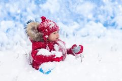 Bebê que joga com neve no inverno Imagem de Stock