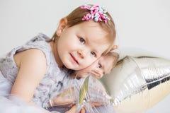 bebê que joga com o balão estrela-dado forma prata Imagem de Stock