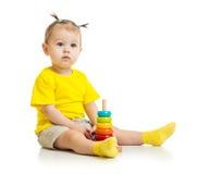 Bebê que joga com a pirâmide de madeira colorida isolada fotos de stock