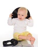 Bebê que joga com registro de vinil e os auscultadores velhos Fotos de Stock
