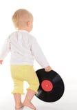 Bebê que joga com registro de vinil velho no fundo branco Fotos de Stock Royalty Free