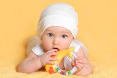 Bebê que joga com um brinquedo Imagem de Stock Royalty Free