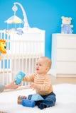 Bebê que joga em casa fotos de stock royalty free