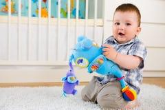 Bebê que joga em casa Fotografia de Stock Royalty Free