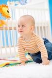 Bebê que joga em casa Foto de Stock