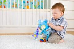 Bebê que joga em casa Fotos de Stock