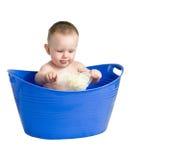 Bebê que joga em uma cuba plástica foto de stock
