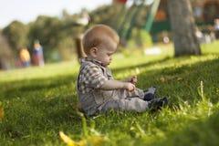 Bebê que joga fora Fotos de Stock