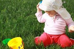 Bebê que joga na grama Fotografia de Stock