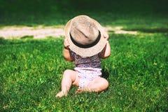 Bebê que joga na natureza no verão imagens de stock royalty free