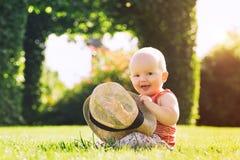 Bebê que joga na natureza no verão foto de stock royalty free