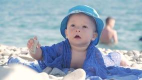 Bebê que joga na praia arenosa do verão perto do mar Férias no verão na praia verão, curso, feriado vídeos de arquivo