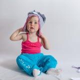 Bebê que joga no estúdio no fundo branco Fotos de Stock