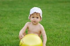 Bebê que joga no gramado verde Fotos de Stock Royalty Free
