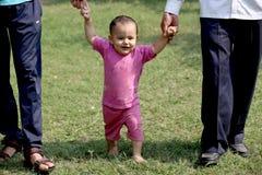 Bebê que joga no parque foto de stock