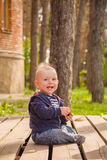 Bebê que joga no quintal Foto de Stock Royalty Free