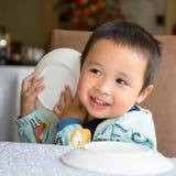 Bebê que joga o esconde-esconde com prato Imagens de Stock Royalty Free