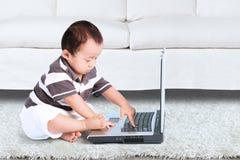 Bebê que joga o laptop Imagem de Stock Royalty Free