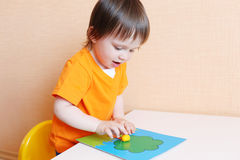 Bebê que modela a árvore de maçã do playdough Foto de Stock