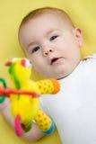 Bebê que olha acima em um brinquedo móvel fotos de stock